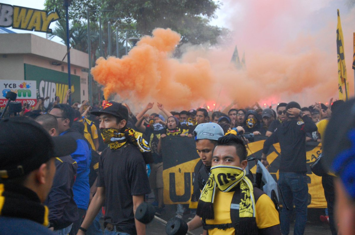 Ultras Malaya marching to stadium #AFFSuzukiCupFinal2014 http://t.co/dKUlzc3rvN