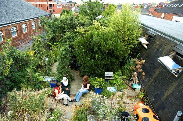 Wat fijn dat een #tuin op het #dak zo eenvoudig kan zijn... @tuinierenNL @JeroenOdekerken @deboerg88 http://t.co/TSND5aCzvI