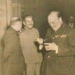Редчайший кадр. Сталин смеется над устаревшим смартфоном Черчилля. http://t.co/fZLB64I4XV