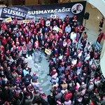 Ekrem Dumanlıyı gazete çalışanları böyle karşıladı http://t.co/I08KJ9hOpL http://t.co/FObPYS6vXR
