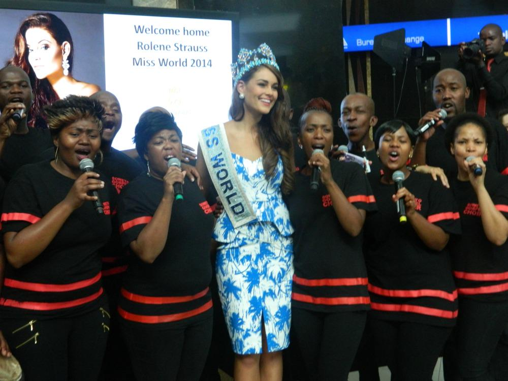 Welcome home #RoleneStrauss #MissWorld2014. The @Sowetogospel was there to #WelcomeRolene! http://t.co/vh05xBEchZ