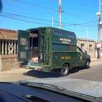 Qué hace una camioneta del GAES despachando cemento??? Lo acabo de ver en el Barrio Motocross de #Maracaibo http://t.co/Z12Bflf374