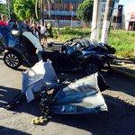 Carro que bateu em um poste e matou dois jovens em Bento Gonçalves. Foto: Altamir Oliveira/Estação FM/Divulgação. http://t.co/Vd57hvdbJt