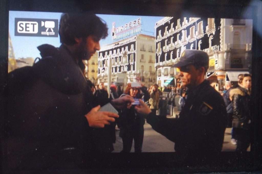 Policía nacional identifica arbitrariamente al fotoperiodista @AndresKudacki de @AP durante #20DALaCalle #LeyMordaza http://t.co/aTC2D6NZYm