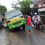 Terperosok di bekas galian kabel yg ditutup asal-asalan di Jl Jatihandap, Sabtu (20/12) siang. Att. @ridwankamil http://t.co/qIISmXI3Tl