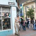 Artista callejero que encontramos en las calles de Ambato (#Ecuador) ~ Otros homenajes, en: http://t.co/8uQfs26gr9 http://t.co/G623ueDblF