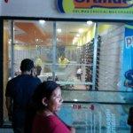 "#CosasDelSocialismo: Intento de saqueos en tiendas ""Zapato Grande"" de Maracaibo (FOTOS) http://t.co/UhrsMG5ZFX … http://t.co/GxJdD0WFy5"