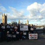 Protesta en LONDRES (Gran Bretaña) contra la #LeyMordaza española. #ALaCalle20D #20D http://t.co/3mJBk3FL3e