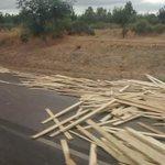 Precaución a los vehículos que transitan de S a N altura de Bulnes, camión con perdida parcial de la carga http://t.co/QLklppCJdV