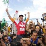 Medina arrasta torcedores e patrocinadores atrás de sua prancha http://t.co/HSycIQeM24 http://t.co/K9AGHLkyCL
