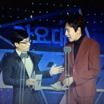Are you watching SBS Gayo Daejun too? Lee Kwang Soo and Yoo Jae Suk is giving out the new artist award now! http://t.co/ZFGtraZd0m