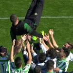 Los jugadores del Betis mantean a Merino por su excelente trabajo realizado estos días http://t.co/X0j4MRJtiI