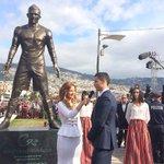 Cristiano Ronaldo a découvert sa statue à Madère, son île de naissance au Portugal. #Légende #CR7 http://t.co/k5WYNzH5NC