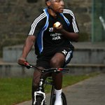Im sure Sammy Ameobi is a lovely fella, but you wouldnt find him eating an apple while riding a bike. Shola <3 http://t.co/hox8tR6Acx