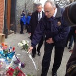 #NYPD Commissioner Bratton places flowers at memorial for slain officers Ramos & Liu. @NY1 http://t.co/XT4PFF9FW5