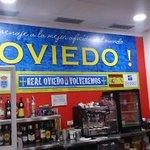 Hoy estuve en el bar de tres cantos (madrid) q tiene el mural del @RealOviedo http://t.co/DaC120UrBG
