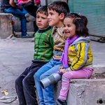 طفلة من أطفال #سوريا مُفعمة بالحياة وتضحك رغم الأوجاع بعد أن بترت ساقها ،، يبقى في روحها الأمل بالنصر وحب الحياة . http://t.co/EWs9DlLmCU
