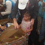 Así luce la entrega de juguetes en la Av. 29 de agosto junto a @nayibbukele, llena de felicidad y alegría http://t.co/Jlxre5P3BV