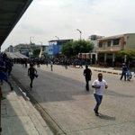 Incidentes en #Capwell hinchas de #Emelec rompen cerco policial en la AV. Quito bombas y Policías intentan controlar http://t.co/8jJbHequob