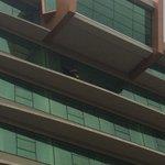 El téc Ruben Israel salió con una bandera de BSC x la ventana d su habitación a saludar a hinchas #LaFinaldelsiglo http://t.co/O1csPiNUTj