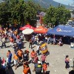 Faltando dos horas y media para que arranque la final #CopaPepsi2014 este es el ambiente en las afueras del Cusca. http://t.co/FZ9uStZ8uX