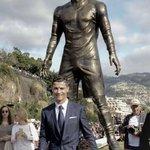 Após título mundial, Cristiano Ronaldo ganha estátua em sua cidade natal. http://t.co/ZhwfkrxVY1 http://t.co/qG1S99jZAG