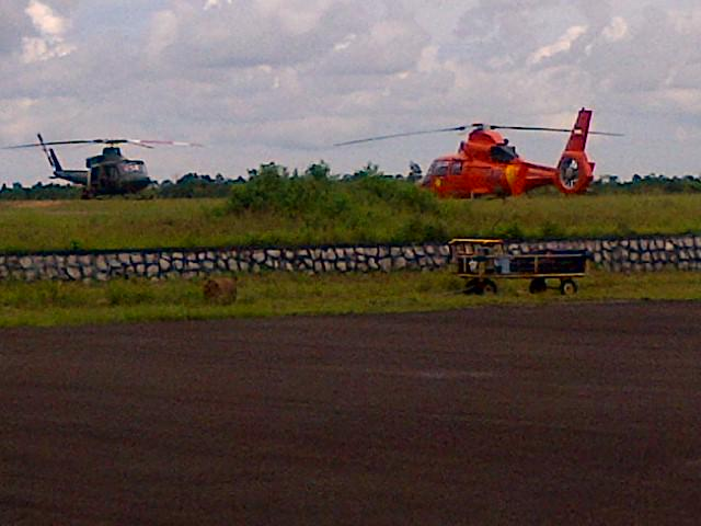 Military & search and rescue helicopters refuel on Belitung Island before another sortie looking for #QZ8501 http://t.co/qWKZnueDUA