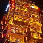【疑惑解消】「千と千尋」に激似の街を中国で発見→パクリと思いきや2300年の歴史 http://t.co/PctmIMggBv 「吊脚楼」と呼ばれる建築スタイルで、四川省などで伝統的な建築物だそう。 http://t.co/WuFmhVvmdJ
