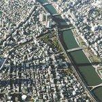 【冬至の朝】長く伸びる東京スカイツリーの影 http://t.co/dWKhK8EA0F 穏やかな朝の陽光に照らされ、スカイツリー(高さ634m)の影が、西の方角に1キロ以上にわたって伸びた。 http://t.co/X3wrkzrChR