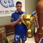 Fernando Vikingo Giménez con el trofeo de #EmelecBicampeon en la cena del club http://t.co/5E2FHfM3FN vía @aafierro