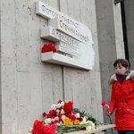 На здании МИА «Россия сегодня» установили мемориальную доску в память об Андрее Стенине http://t.co/f0rMuQMP3A http://t.co/iaegXGRJ3P