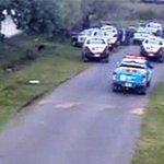 #Urgente: Una ventena de patrulleros persiguio un auto en 10 y 508 y detuvo a 2 sujetos con 15 armas #LaPlata http://t.co/3xlafz6Z2J