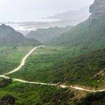موسم الخريف بمحافظة ظفار حيث تكتسي جبال ظفار بحلة خضراء وتتغلف قمم الجبال بالضباب بينما رذاذ المطر يرطب الجو الجميل http://t.co/wRXzYj6eS4