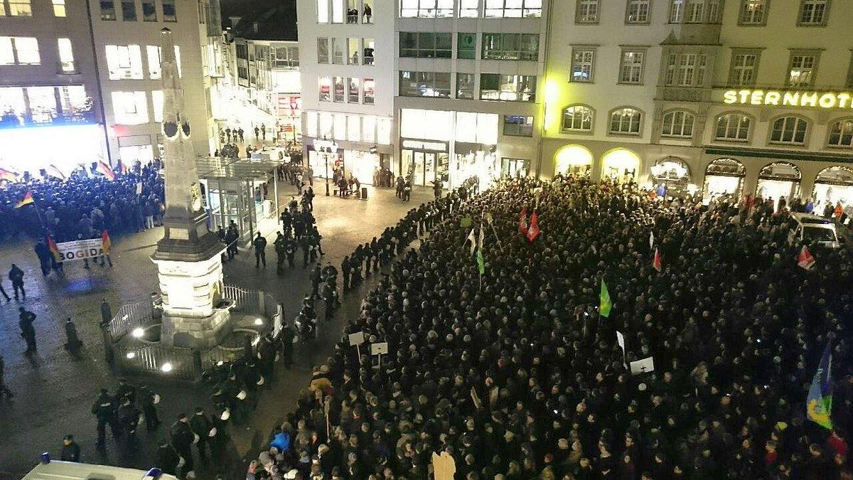 Mehrere tausend Gegendemonstranten stellen sich 100 #Bogida- Anhängern entgegen. #bonn http://t.co/bmLwZAc9MP http://t.co/z80xoXdogd