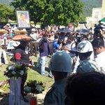 También muchas gracias a los seguidores de papá por acercarse al cementerio y visitar a su artista q esta vivo ???? http://t.co/NcFpIt59VO