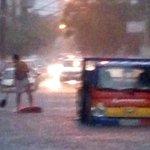 Forte chuva alaga ruas da Baixada Santista e causa problemas no trânsito - http://t.co/OjQwZes5QD http://t.co/QtY0vYbW91