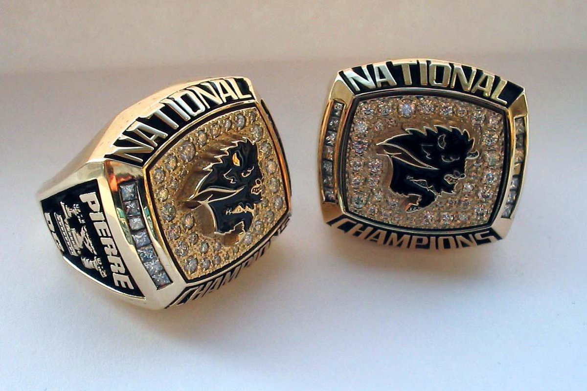 An example of 2007 Vanier Cup ring that is missing - will say Dobie on ring...any info to find it: call 204-474-9627 http://t.co/QaX4otC2vA