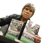 """El preparador de arqueros Julio Rodríguez lanzó su libro """"Atajando Sueños"""" la historia de Claudio Bravo #Antofagasta http://t.co/t7p9wlmKyI"""