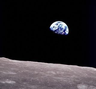 1968年の今日、アポロ8号が人類史上初めて月を周回。その乗組員ラヴェル宇宙飛行士の言葉…「月で親指を立てると、親指の先で地球が隠れる。 我々はなんて小さな存在だろう…だが何て幸せなんだろう!」