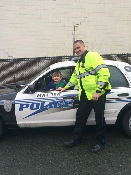 .@MaldenPolice officer cheers up autistic boy having 'really bad day' before Christmas: http://t.co/rgc0TulksP http://t.co/2Rfp3nku5F