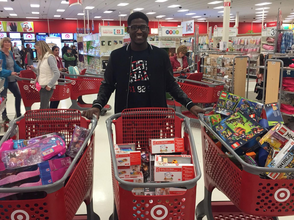 Xavier Rhodes took giving to a new level by buying cartloads of presents for patients & families @UMNChildrens! http://t.co/hUOBLkbx0G