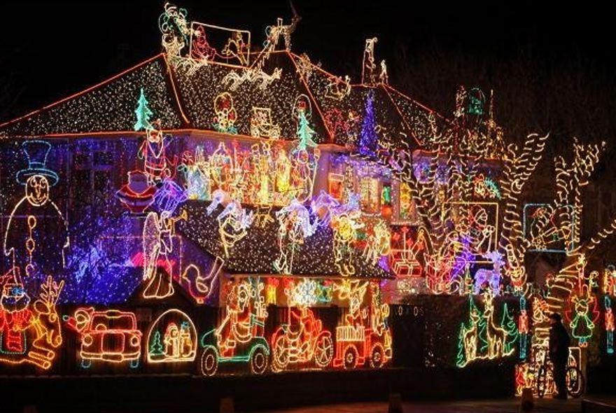 Ho, ho, ho, los gaan met #kerstverlichting doe je zo... @Interveste @TulipsDFP http://t.co/vig4wM0Bbg