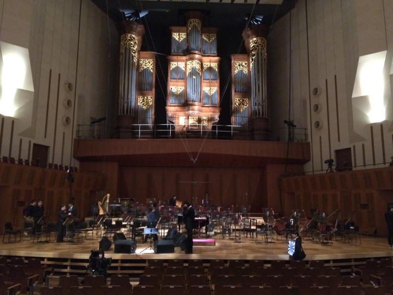 指揮:梅田俊明氏 日本フィルハーモニー交響楽団のど真ん中で弾くというありえないシュチュエーション!江口貴勅氏のアレンジみ秀逸でした!キンチョーしたけどホント素敵な時間でしたわ、ホント!この縁を作ってくれた全てに感謝!! http://t.co/2FSqID1Ve5