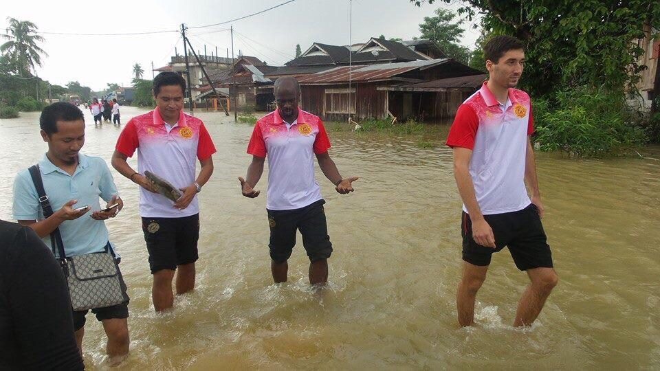 I took the team to visit some of the flood victims to show our support a few days ago in the Kelantan state. http://t.co/dcu5MoDW2O