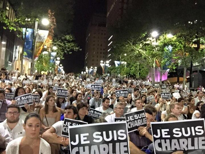 En ce moment, Sydney, Martin Place #JeSuisCharlie http://t.co/8oEYlJRi29