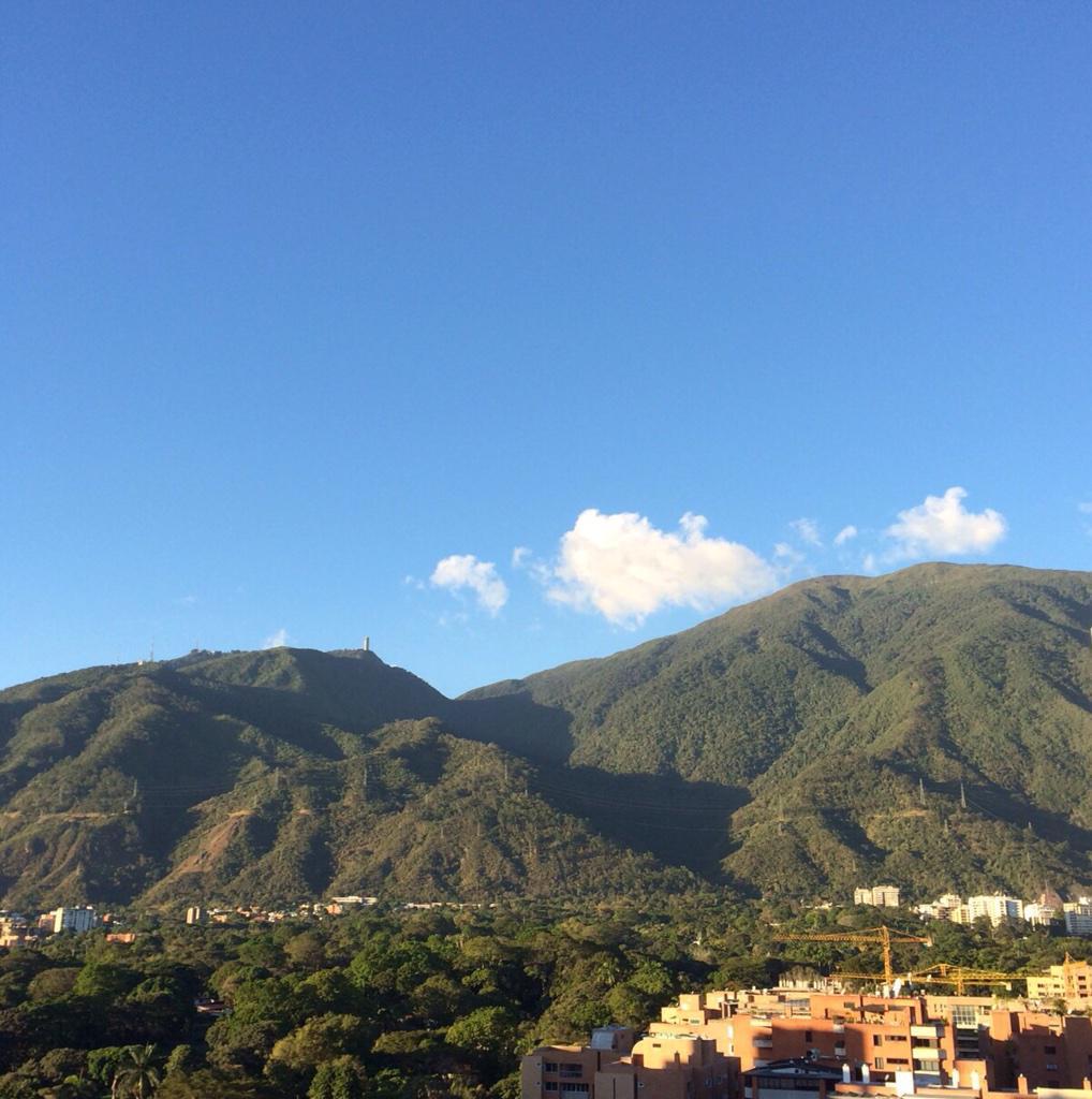No se reportan colas para mirar El Avila. Qué suerte tenemos. http://t.co/uVejfoLtrD