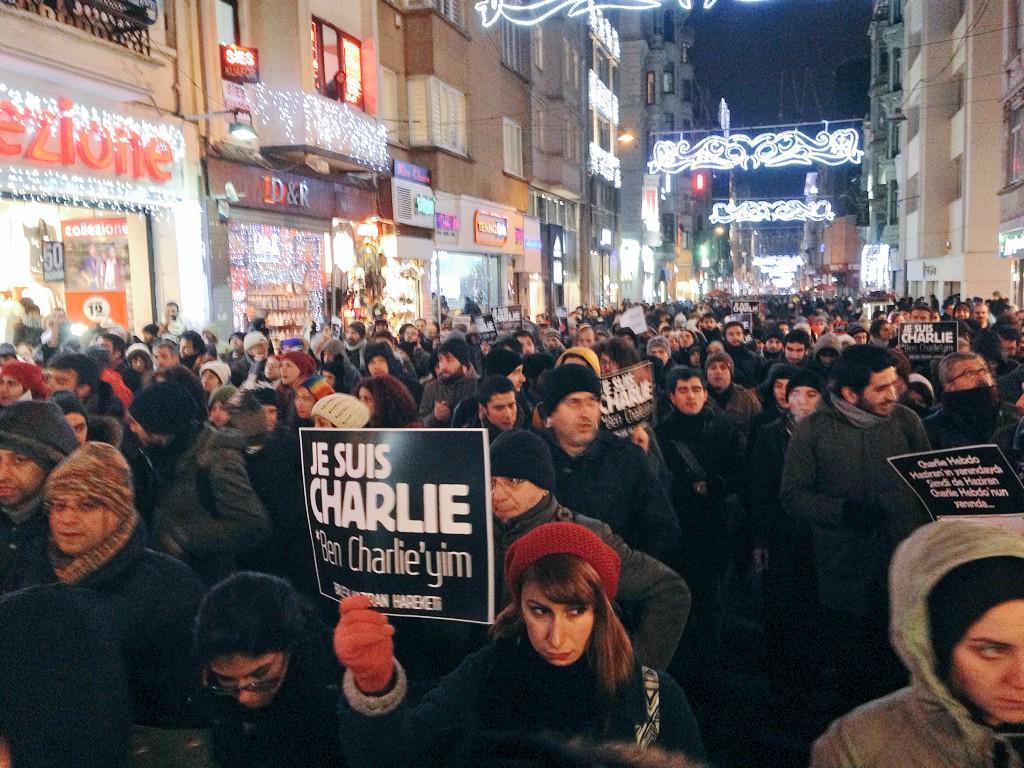 Istanbul in solidarity with #CharlieHebdo #JeSuisCharlie http://t.co/QzTzzWHbSa via @cemdinlenmis