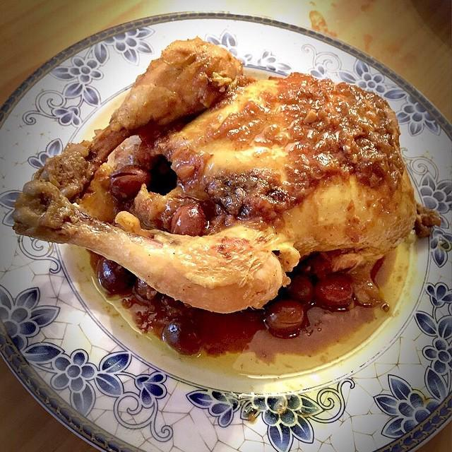 Pollo entero a la cazuela con especias árabes y aceitunas rojas. ¡Exquisito! #gastronomia http://t.co/auG4F64jrv