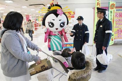 燕署がきららんとともにイオン県央店で「110番の日」を広報http://t.co/khrTz1jtnQ http://t.co/7l5xJGUbIz