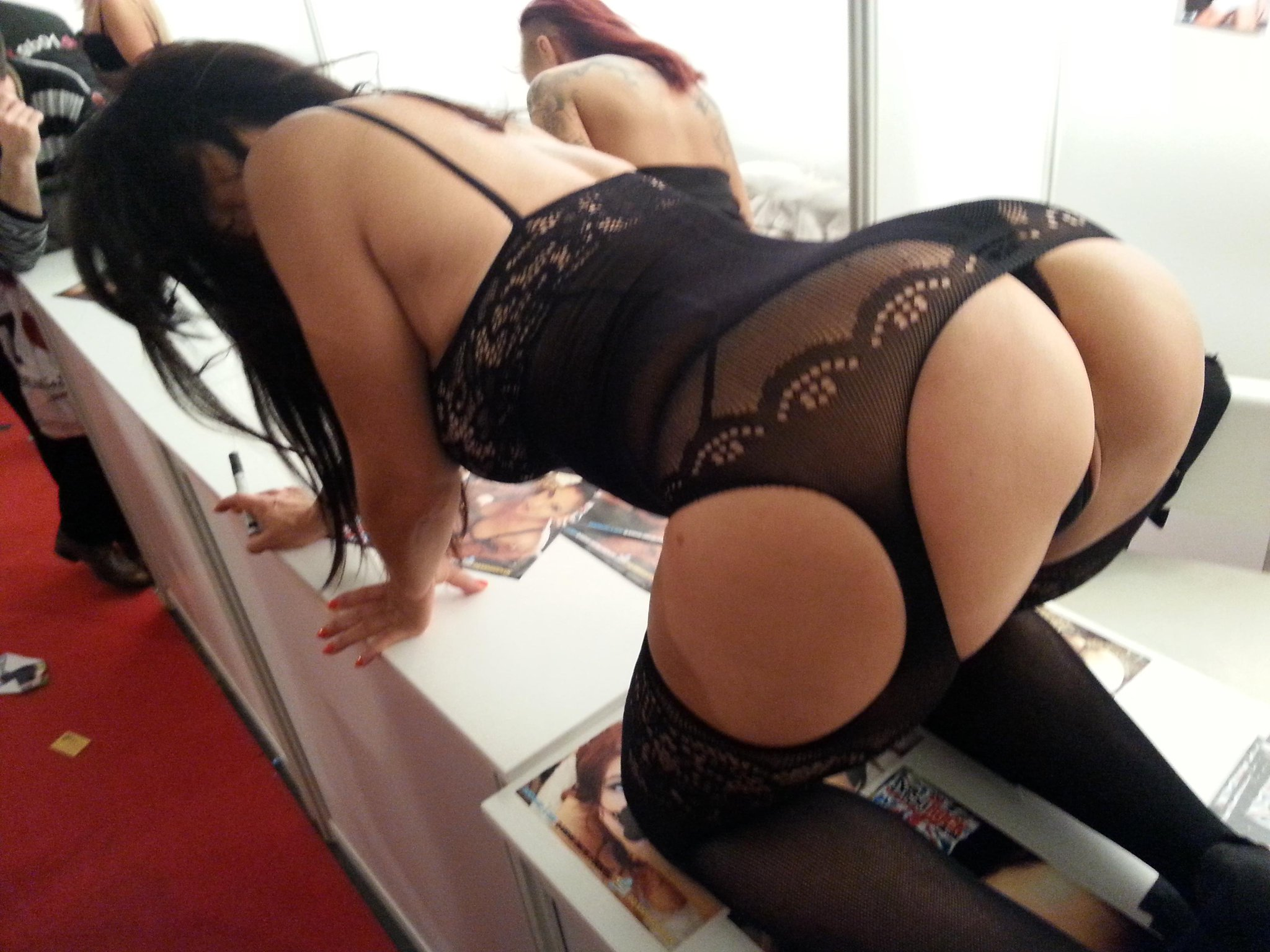 Here is a pic of my ass to say sorry for being angry XX LOL http://t.co/6LDDWN8sPi